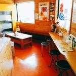 卵菓屋 - 小さなイートインスペース。