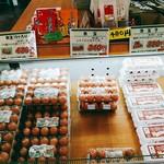 卵菓屋 - 赤玉は15個だと430円とお得。とても安い小さな卵もありましたよ。お客さんはひとり、またひとりと来られていました。