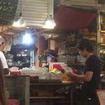 68141890 - タイのお母さんが調理しているオープンキッチン