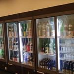 奈良の酒蔵全部呑み うまっしゅ - お店入って左手に日本酒がぎっしり入ったドリンクケース。