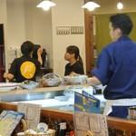 奈良の酒蔵全部呑み うまっしゅ - お店の奥からカウンター内厨房を見る。