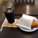 おいしいパン屋さん - カレーの天ぷらパン(税込120円)とアイスコーヒー(税込120円)