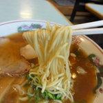 喜楽園 - 麺は白っぽいスクエアーな中細ストレート
