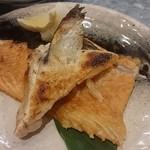 地魚酒場 魚八商店 - サケアラ塩焼き