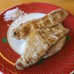 廻鮮すし 玄海丸 - 「イベリコ豚の豚とろ」(250円+税)。岩塩が添えてあって上品!