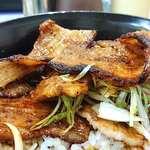 ナマステ・ネパール - NAMASTE NEPAL @板橋本町 ぶた丼 小 にトッピングされるコク深い味わいで充分厚みのある豚三枚肉