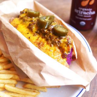ランチはホットドッグやフィリーチーズなどのサンドイッチが人気