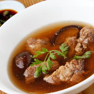 こちらも大人気!スペアリブのスープ・肉骨茶(バクテー)!