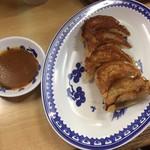 淡水軒 - Aセットの焼餃子と味噌ダレ