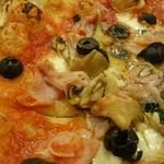 68168793 - イタリア産ハムやきのこの風味に、フルーティなトマトソースやオリーブ、バジルが合う!