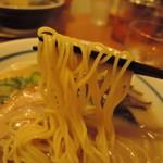 68169196 - 麺は中細ストレート麺、加水率は中級。