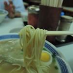 68170547 - 麺は微妙な平打ち中細ストレート麺  加水率は中級。