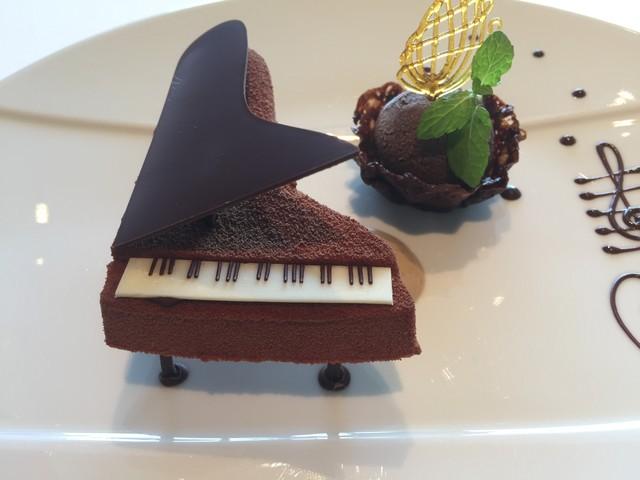 CROWN - ★6.5 ピアノのチョコレートケーキ