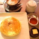 三日月氷菓店 - パンケーキとメープルシロップとバターは鉄板な組合せ。