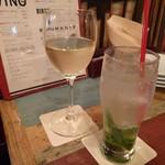 68180627 - グラス白ワインとノンアルコールモヒート