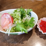 手料理 うみ野 - サラダと福神漬け