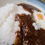 手料理 うみ野 - 温泉玉子入りカレーライス。適度なスパイシーさと深いコクがある。