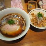 ラーメン屋 トイ・ボックス - 醤油ラーメン750円と地鶏そぼろご飯250円