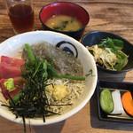 68187667 - 三色丼(メジマグロ)¥1000 味噌汁、サラダ、漬物付き