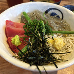 68187671 - 三色丼(メジマグロ)¥1000 味噌汁、サラダ、漬物付き