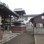 久野 - お寺の前にあります