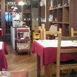 カンティーヌ アリ・バブ - 店内のテーブル席の風景です