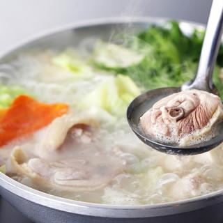 【水炊き】コラーゲンたっぷりの濃厚スープ