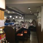 拉麺 閏 - 店内。カウンターも広く取ってあるので、ゆっくりお食事できます。