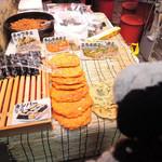 焼肉 白雲台 - こちらでは、チヂミやキンパーを売ってるよ。       日本にいながら韓国の雰囲気を味わえるので、       ちょっとした旅行気分だね。
