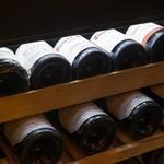 焼鳥 嘉とう - セラー内のワイン