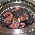 6820348 - 炭火で焼きます。