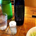68200314 - サラダにかける塩とオリーブオイル