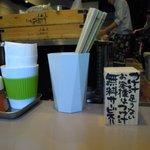 つけ麺 五ノ神製作所 - 竹のお箸に調味料