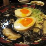 68212892 - こってり黒ラーメン700円+煮玉子100円。