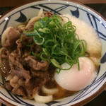 丸亀製麺 - 牛肉が甘くて美味しいです(//∇//)。砂糖で… でもバランスの良い味付けですね〜。