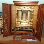 うなぎ専門店 本多 - 伝統産業館に飾られていた 仏壇       飯山市の伝統工芸品  飯山仏壇