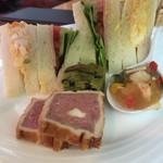 パンドラ - アフタヌーンティーセットの下段、前菜3種とサンドイッチ