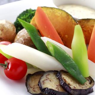【ホテルオークラ】旬食材や新鮮野菜使用。カジュアルフレンチ