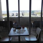 サザンビーチカフェ - 室内窓側の客席