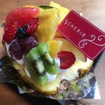 手作りケーキの店 CHERIR - パイナップルをまっぷたつにして中もくり抜いてあります