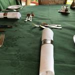 メインダイニングルーム 三笠 - 窓外の緑に合わせたのか、素敵なテーブルの設え