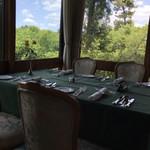 メインダイニングルーム 三笠 - 窓際角のテーブル、窓外の景色も素晴らしい