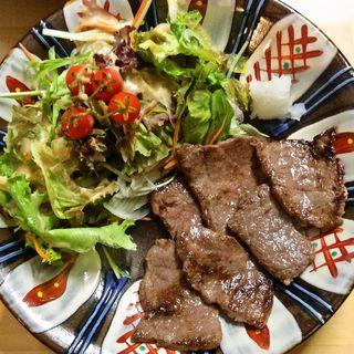 沖縄の伝統的な焼き物「やちむん」を使った食器