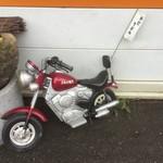 さぬき麺児 - 店の外には、マスコット的存在のミニバイク。