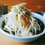 ラーメン二郎 - つけ汁のヤサイはヤサイマシにしなければこのくらい。上に白葱が結構載っています。