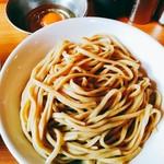ラーメン二郎 - 固めの茹で上がりの中太麺は薄いベージュ色。ところどころフスマが見えます。