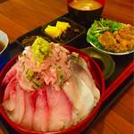 68245017 - 自作の爆盛り海鮮丼と惣菜にアラ味噌汁1000円税込