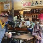 今藤商店 - ソフトクリームを食べるライダーたち1:実際は7人がこのソフトを食べました:笑