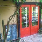 アメリ - 車道とは逆にある赤い扉が入口