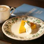 カフェ ジータ - 自家製カボチャのチーズケーキとカップチーノ